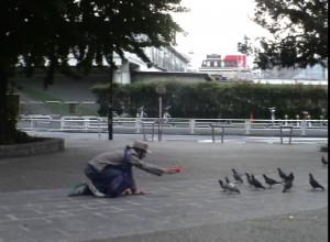 """Video still \""""50羽の鳩に帽子を贈る\"""""""
